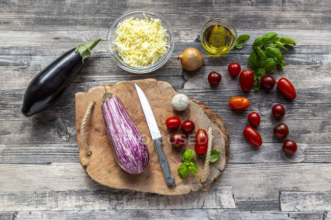 Various ingredients for aubergine-pizza, low carb — Stock Photo