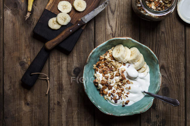 Chocolate coconut granola with bananas and yogurt — Stock Photo