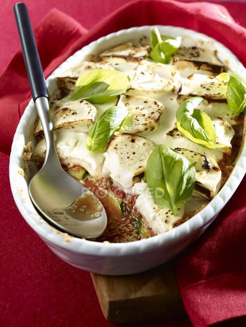 Гратен из кабачка с козьим сыром, кунжут в гратен-блюде, низкоуглеводный — стоковое фото