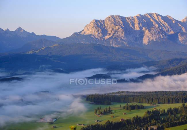 Alemanha, Bavaria superior, terra de Werdenfelser, montanhas de Wetterstein, vista de Krepelschrofen perto de Wallgau — Fotografia de Stock