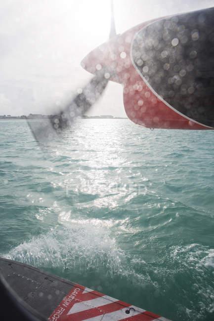 Мальдіви, посадка на гідролітаку на океан — стокове фото