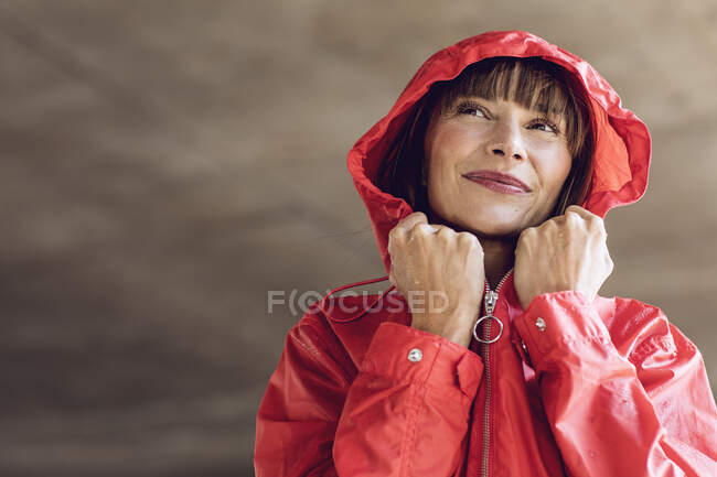 Woman wearing red rain coat, portrait — Stock Photo