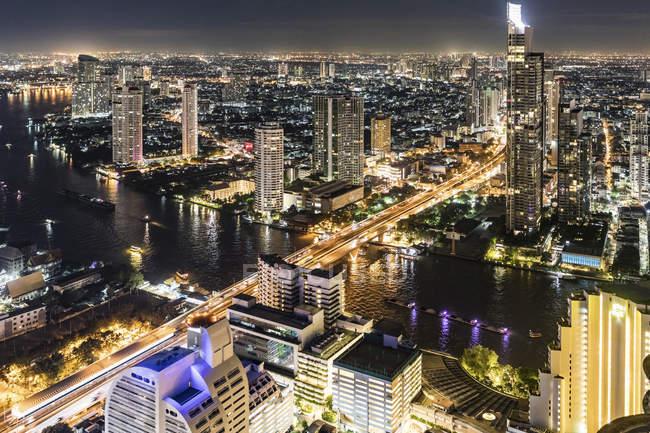 Thailandia, Bangkok, veduta aerea della città con il fiume Chao Phraya di notte — Foto stock