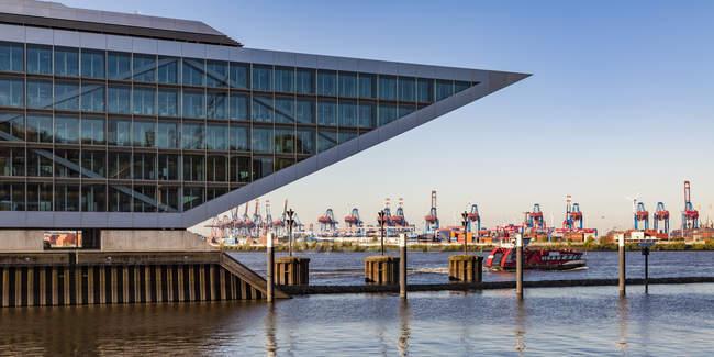 Alemania, Hamburgo, Altona, Vista de puerto, grúas y barcos - foto de stock