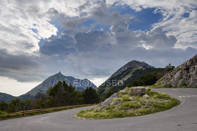 Чорногорія, Національний парк Ловчен, звивисті гірські дороги до Jezerski Vrh — стокове фото