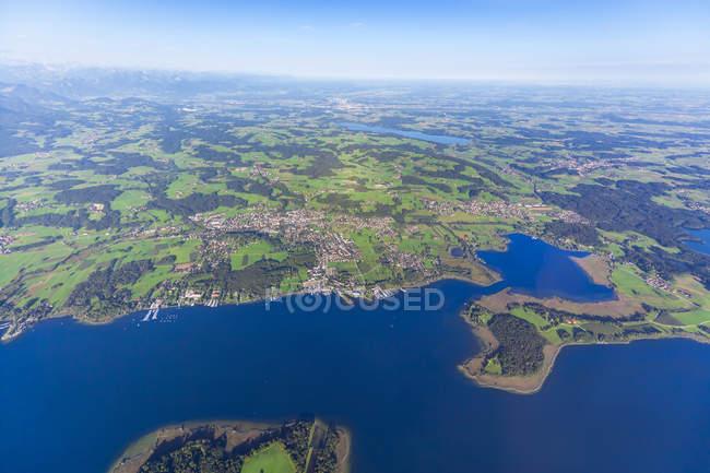 Alemanha, Baviera, Chiemgau, vista aérea do Lago Chiemsee, Prien e Rimsting, Schafwaschener Winkel, Península Sassau — Fotografia de Stock
