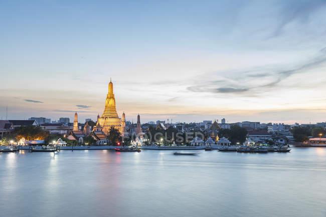Thailand, Bangkok, Wat Arun Tempel in der Dämmerung mit Chao Phraya Fluss im Vordergrund — Stockfoto