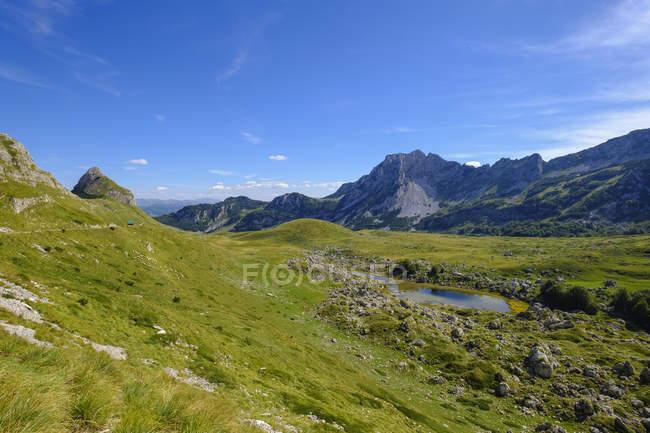 Чорногорія, Національний парк Дурміор, гірський масив Дурміор, гори Стозіна і Равнівава, озеро Валовідо Jezero — стокове фото