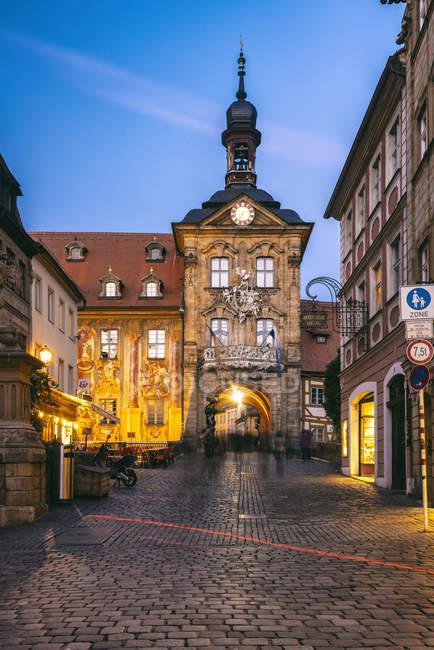 Deutschland, Bayern, Bamberg, Altstadt mit altem Rathaus in der Abenddämmerung — Stockfoto