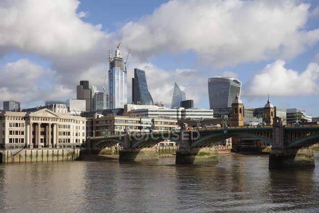 Royaume-Uni, Londres, City of London, River Thames, Southwark Bridge und Skyline — Photo de stock