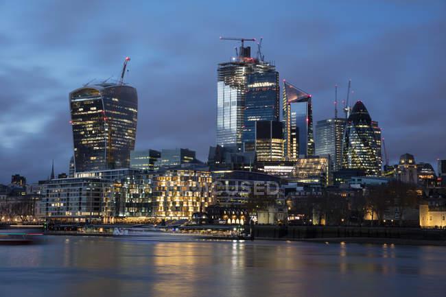 Regno Unito, Inghilterra, Londra, Skyline al Tamigi di notte — Foto stock