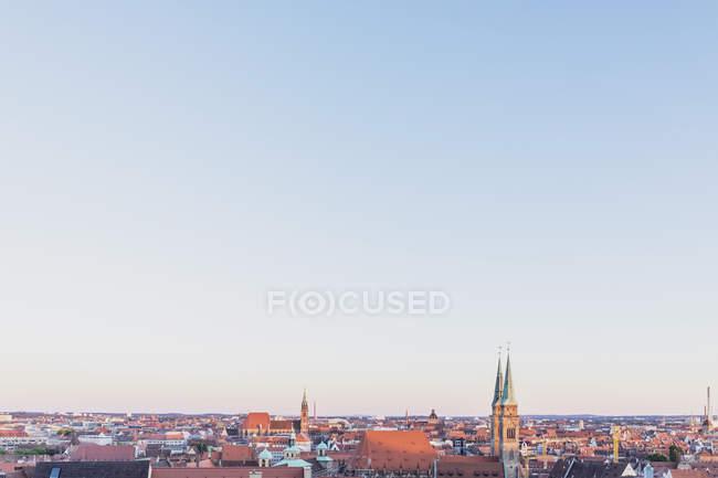 Germania, Norimberga, Città Vecchia, Paesaggio urbano con la chiesa di San Sebaldo, cielo serale — Foto stock