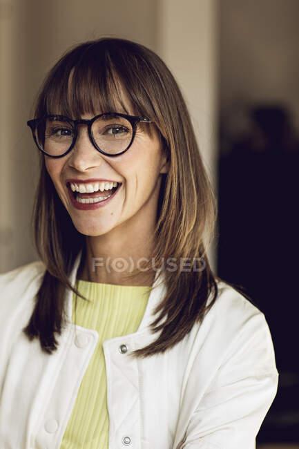 Retrato de uma mulher feliz e confiante, rindo — Fotografia de Stock