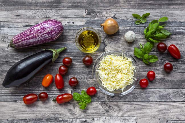 Varios ingredientes para la berenjena-pizza, baja en carbohidratos - foto de stock