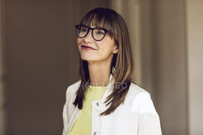 Retrato de una mujer feliz y segura de sí misma - foto de stock
