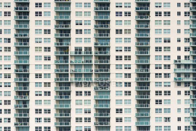 Usa, Florida, Miami, Islas Venecianas, fachada de una torre de apartamentos con balcones - foto de stock