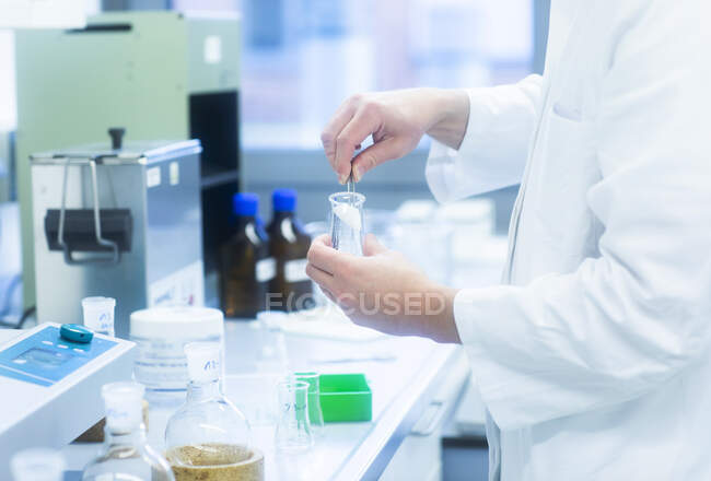 Lab technician experimenting in lab — Stock Photo