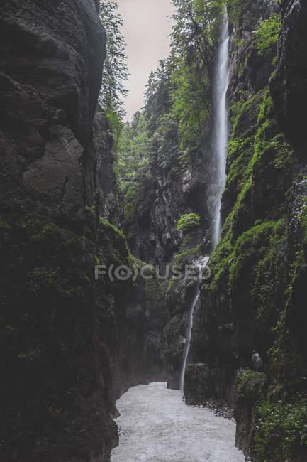 Германия, Бавария, Партнахское ущелье возле Гармиш-Партенкирхена, водопад — стоковое фото