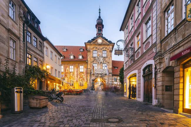 Germania, Baviera, Bamberg, città vecchia con municipio al crepuscolo — Foto stock