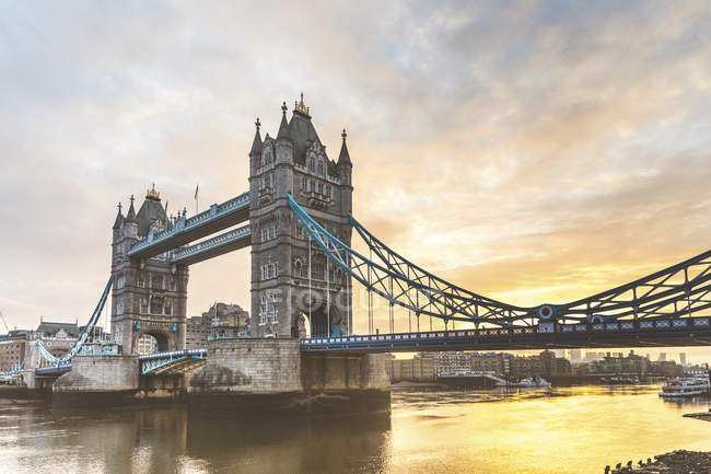 Royaume-Uni, Angleterre, Londres, Tower Bridge au lever du soleil — Photo de stock
