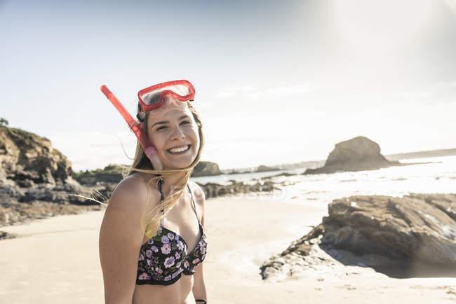 Giovane donna felice con attrezzatura per lo snorkeling sulla spiaggia, ritratto — Foto stock