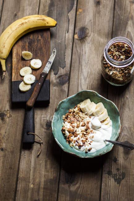 Granola do coco do chocolate com bananas e yogurt — Fotografia de Stock
