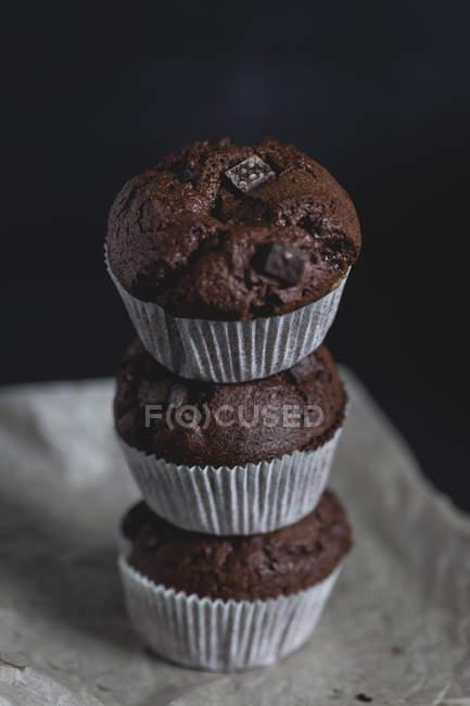 Primo piano di muffin al cioccolato, impilati — Foto stock