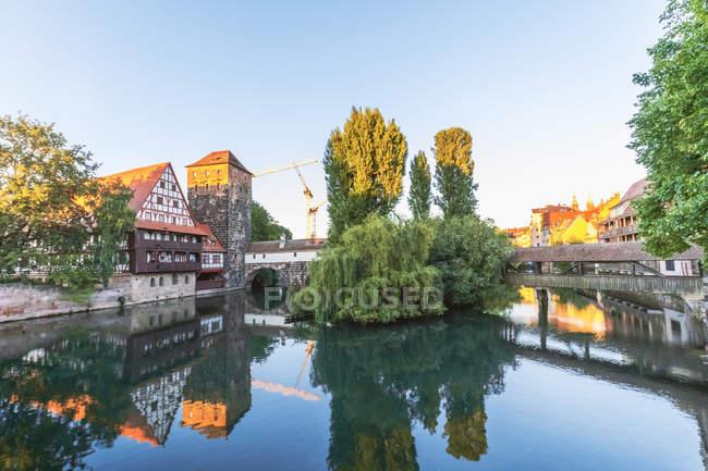 Germania, Norimberga, Città Vecchia, Henkersteg e Henkerhaus, casa del boia con il fiume Pegnitz alla luce della sera — Foto stock