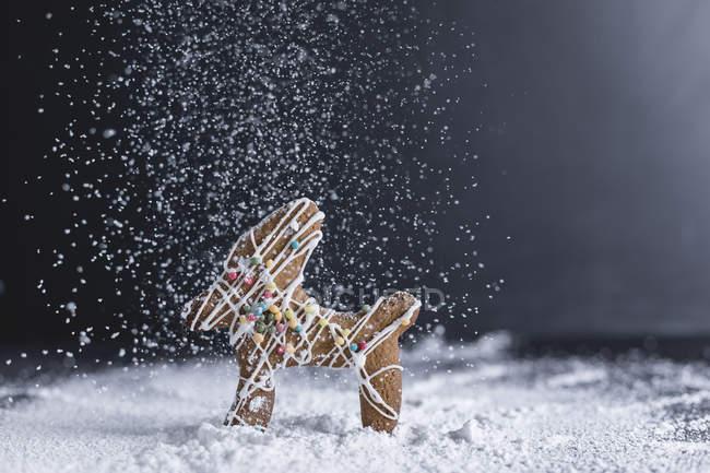 Pastelería navideña, pan de jengibre, renos, azúcar glas - foto de stock