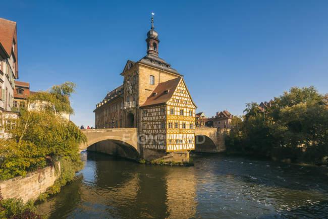 Германия, Бавария, Бамберг, Старая ратуша, Обере-Брюкке и Регниц — стоковое фото