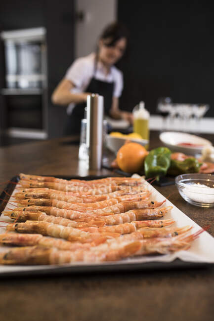 Shrimp on a baking tray before being cooked in a kitchen — Stock Photo