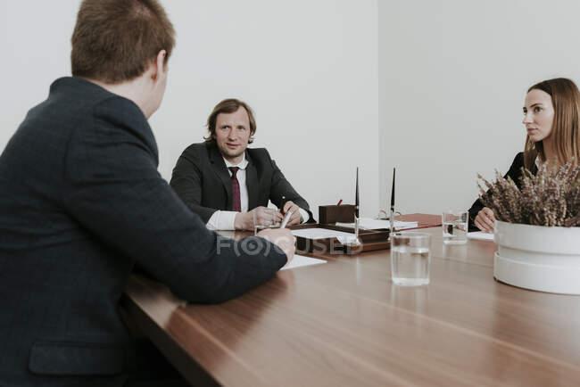 Бізнесмени, які збираються у конференц - залі. — стокове фото