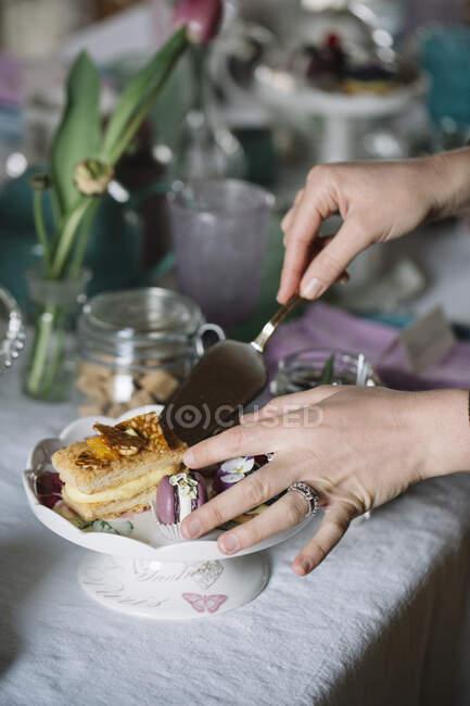 Женские руки, выпечка на торте, крупным планом — Stock Photo