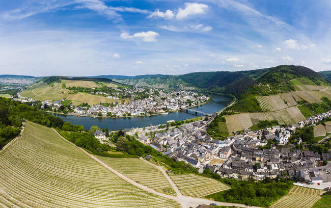 Germany, Rhineland-Palatinate, aerial view of Traben-Trarbach with Moselle river, vine yards — Stock Photo