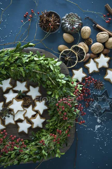 Саморобний адвент, коробчасті гілочки, стегно, зоря аніс, палички кориці, горіхи та мигдаль. — стокове фото