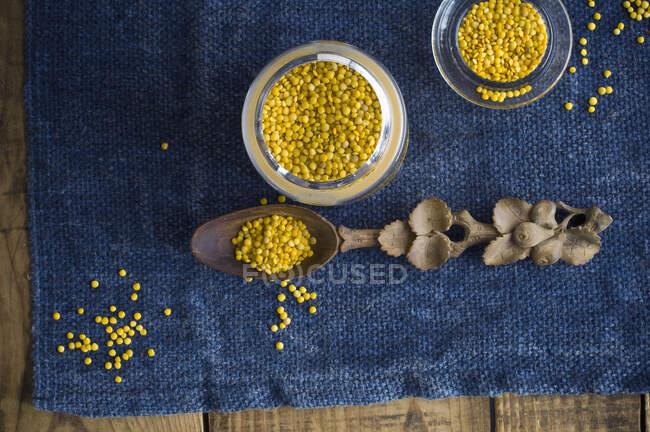 Скло жовтих сочевиць. — стокове фото
