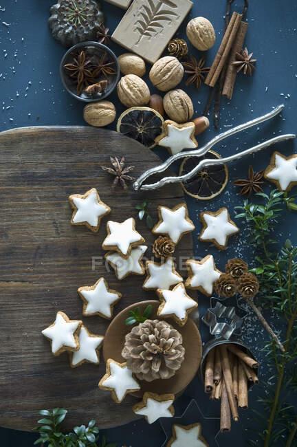 Зірки кориці, аніс зірки, палички кориці, горіхівка і соснові шишки. — стокове фото
