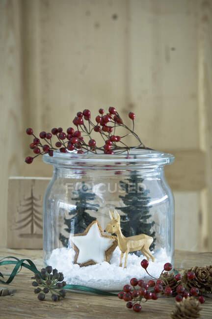 Збереження глечика різдвяною прикрасою. — стокове фото
