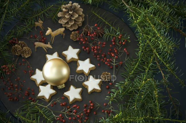 Estrellas de canela entre la decoración de Navidad - foto de stock