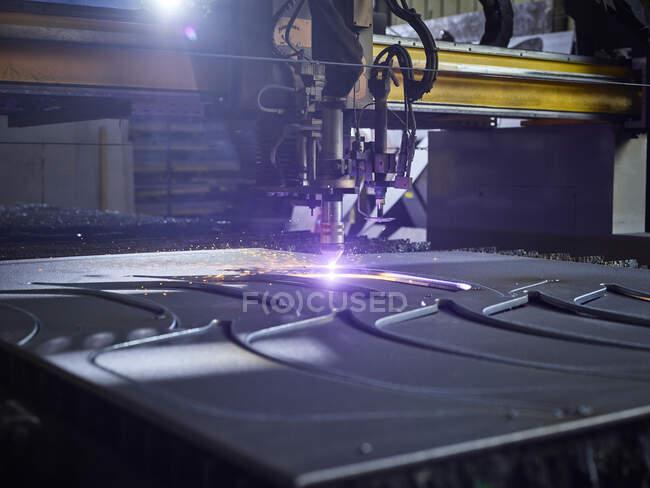 Лазерний різник на сучасній фабриці. — стокове фото