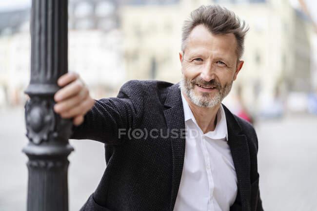 Ritratto di uomo d'affari maturo sorridente con barba grigia — Foto stock