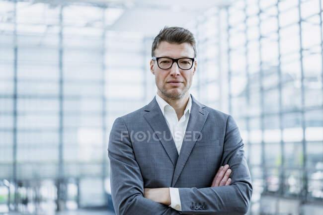 Retrato de empresario confiado con gafas - foto de stock