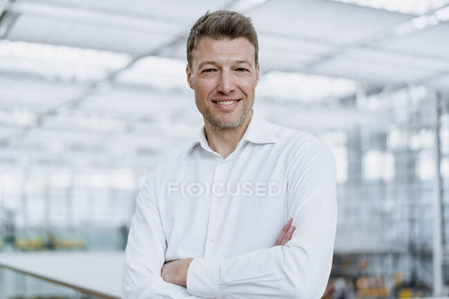 Retrato del hombre de negocios sonriente - foto de stock