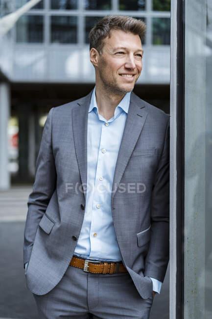 Retrato del empresario al aire libre mirando a su alrededor - foto de stock