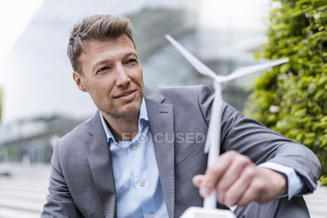 Empresario con aerogenerador al aire libre - foto de stock