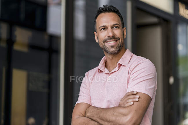 Retrato del hombre sonriente en la ciudad - foto de stock