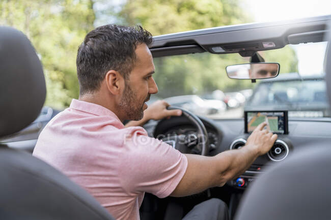 Guida uomo convertibile con sistema di guida del percorso — Foto stock