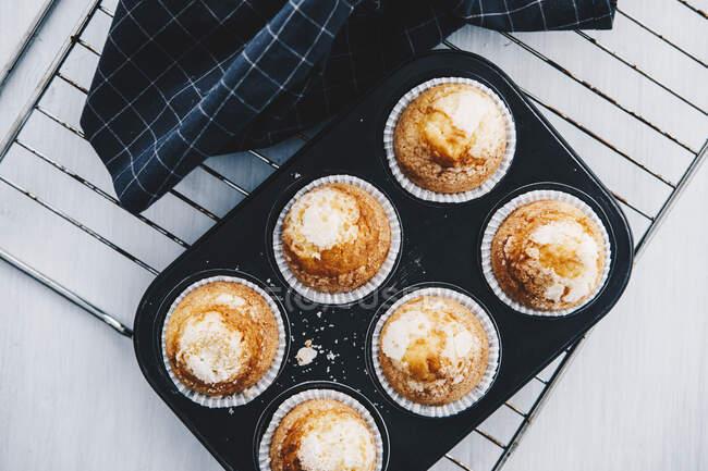 Muffin fatti in casa in vassoio di muffin sulla griglia di raffreddamento — Foto stock