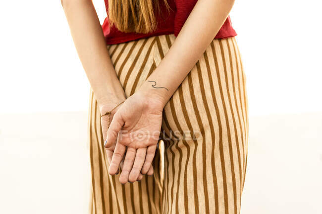 Close-up of teenage girl with hands behind her back — Foto stock