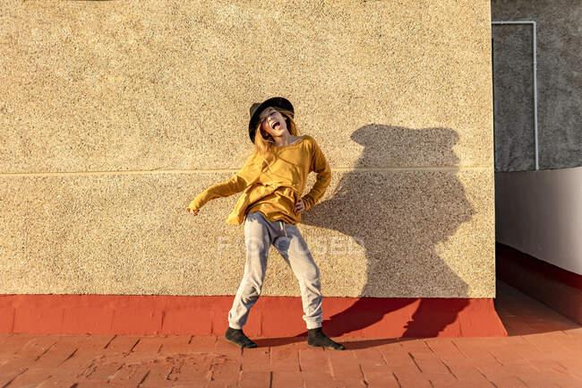 Retrato de niña cantando y bailando en la azotea - foto de stock
